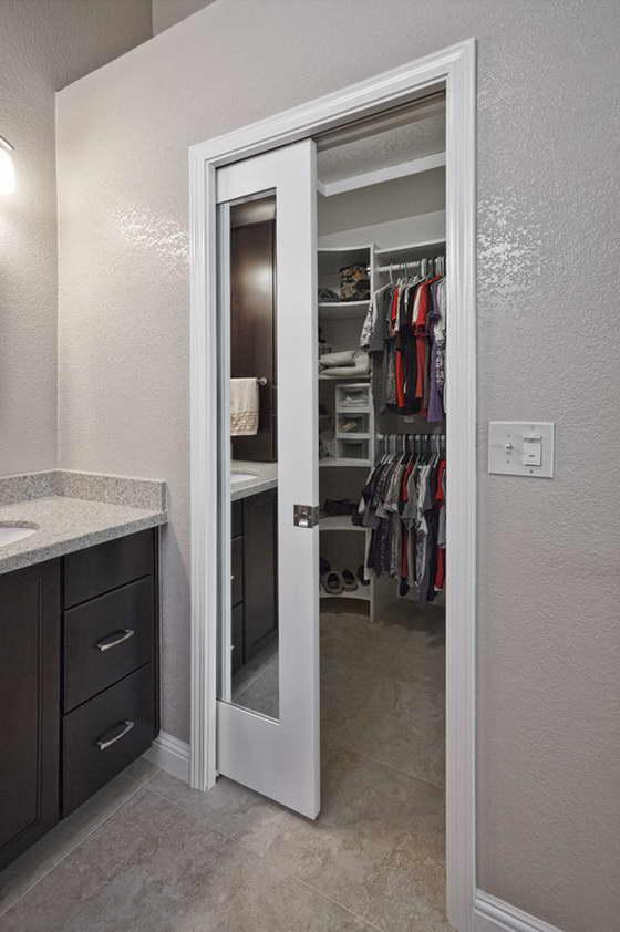 Раздвижные двери в ванной с зеркалом