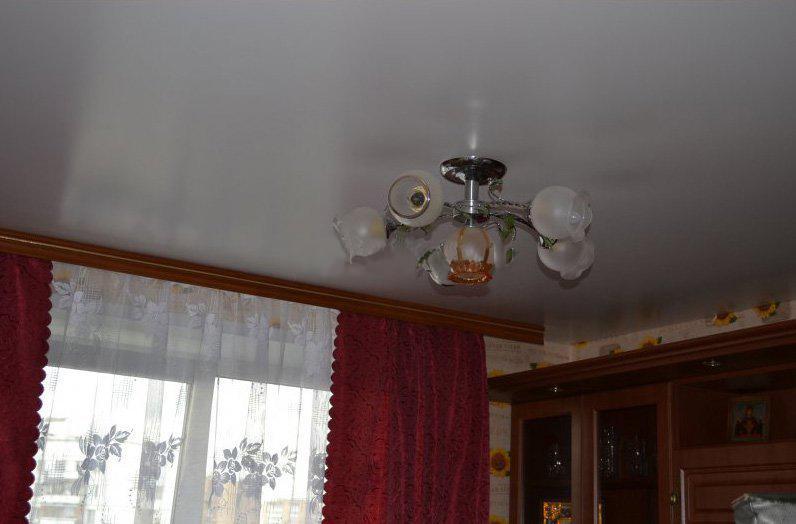натяжной потолок стоит