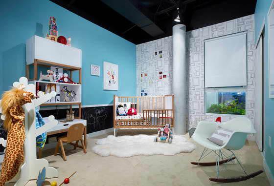 Сегодня на рынках и в специализированных магазинах представлены различные варианты декорирования стен, однако в первую очередь необходимо определиться с цветовым оформлением. Психологи советуют подбирать для детской комнаты однотонные, светлые тона. Они положительно влияют на психику ребенка и, в отличие, от ярких цветов не утомляют и не раздражают малыша.